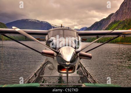 Nahaufnahme von einer DeHavilland DHC-3 Otter angedockt an ein Boot in Punchbowl Cove, Misty Fjords National Monument, - Stockfoto