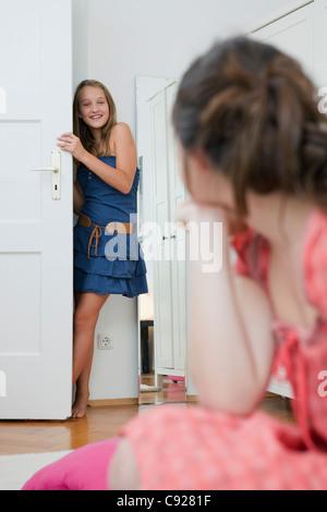 Mädchen in Schlafzimmer Tür stehe - Stockfoto
