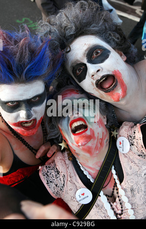 Der schrullige jährlichen Zombie Walk statt auf ein Herbst-Wochenende vom Bahnhof zum Strand in Brighton, East Sussex, - Stockfoto