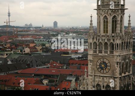 Uhrturm von Neues Rathaus (neues Rathaus) am Marienplatz-Platz in München. - Stockfoto