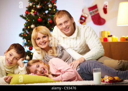 silvester feier zu hause mutter mit tochter zu hause in der n he von weihnachtsbaum sitzen und. Black Bedroom Furniture Sets. Home Design Ideas