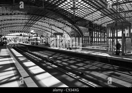 Gleisanlagen, Plattform und Glas Tresor Tonnendach von Berlin Hauptbahnhof, Berlin, Deutschland. - Stockfoto