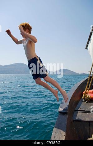 Malawi, Lake Malawi National Park.  Junge springt Thel Dhau während auf einer Reise von Pumulani Lodge. (MR) - Stockfoto