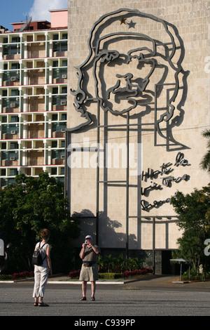 Berühmtes Porträt von Ernesto Che Guevara auf dem Gebäude des Innenministeriums an den Platz der Revolution in Havanna, - Stockfoto