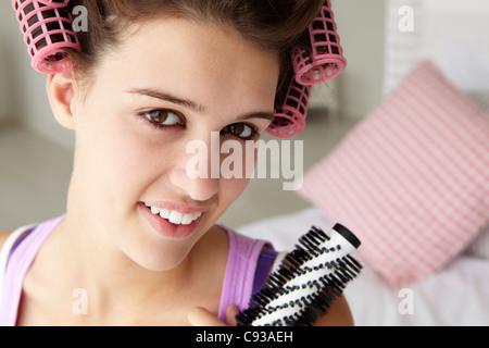 Teenager-Mädchen mit Haaren in Lockenwickler - Stockfoto