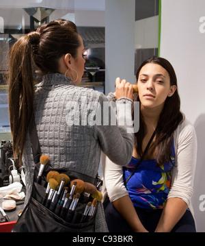 Make-up Artist, aus denen ein junges Mädchen, Montgomery Mall, Washington DC USA - Stockfoto
