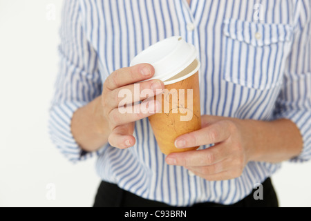 Geschäftsfrau Holding Take away Kaffee - Stockfoto