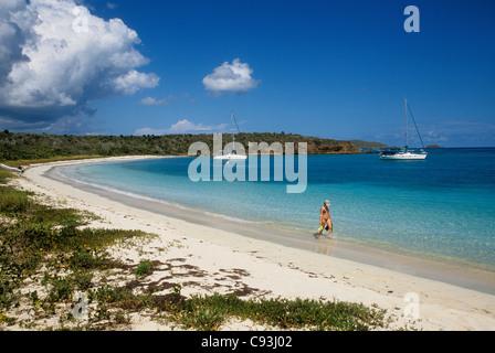 Frau mit Schnorchelausrüstung zu Fuß am Strand und Jachten verankert in Bucht Bahia des Tortugas; Culebra Insel, - Stockfoto