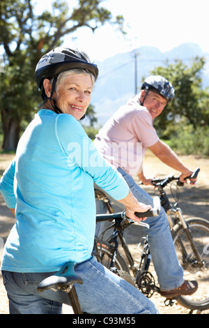 Älteres Paar auf Land-Radtour - Stockfoto