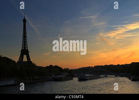 Paris Sonnenuntergang. Der Eiffelturm ist eine Silhouette, wie der Sonnenuntergang über dem Fluss Seine. - Stockfoto