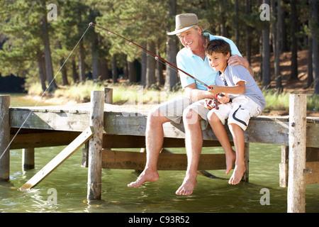 Ältere Mann Angeln mit Enkel - Stockfoto