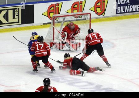 Kanadische Goalie #1 Shannon Szabados, Speichern von schwedischen #28 Danijela mileuangepasste. Das Spiel zwischen - Stockfoto