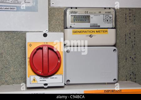 PV-Isolation-Schalter und neuen inländischen Generation m Anzahl der Einheiten der Strom aus Solarzellen aufzeichnen - Stockfoto