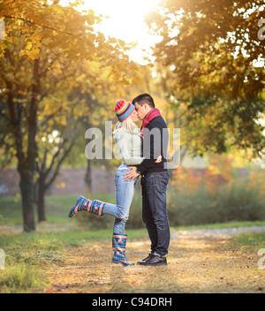 Eine Ansicht von einem liebenden paar küssen im park