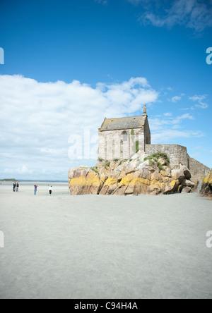 Kapelle Saint-Aubert, Teil des UNESCO-Welterbes Mont St-Michel in der Normandie Frankreich, bei Ebbe - Stockfoto