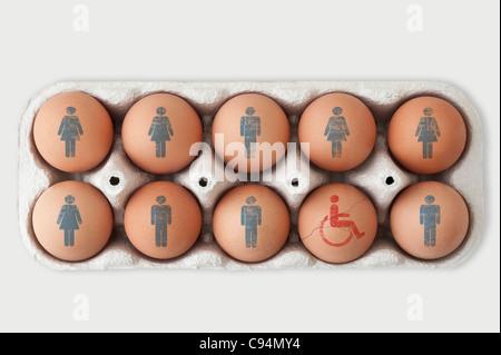 Box von Eiern. männlichen und weiblichen Symbole auf neun von ihnen und eine gesprungene Ei mit einem behinderten - Stockfoto