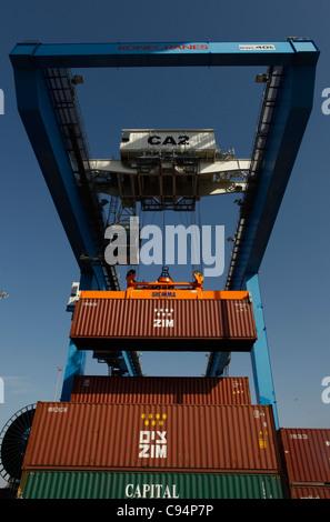 Eine industrielle Kran heben Zim-Cargo-Container von einem Schiff in den Hafen von Haifa Israel größte Seehafen - Stockfoto