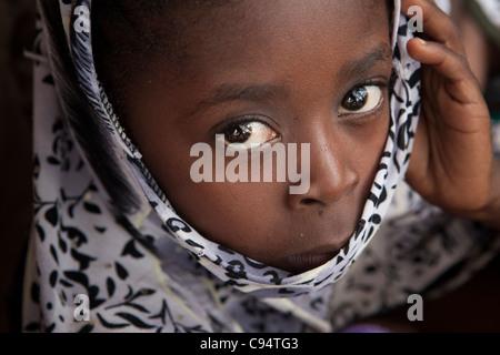 Eine junge Muslimin in Dar Es Salaam, Tansania, Ostafrika.
