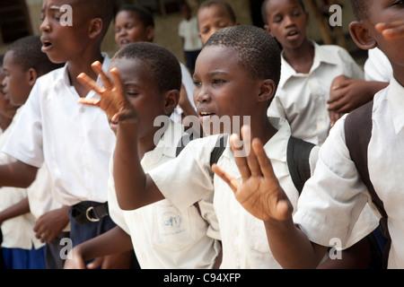 Schüler singen gemeinsam im Hof der Mjimpya Primary School in Dar Es Salaam, Tansania. - Stockfoto