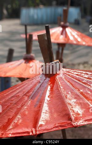 Handgeschöpftes Papier Sonnenschirme trocknen in der Sonne auf dem Dach Dorf Bo Sang, Thailand - Stockfoto