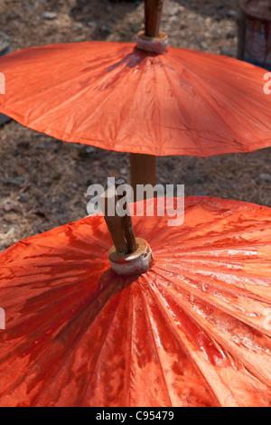 Handgeschöpftes Papier Sonnenschirme trocknen in der Sonne in Bo Sang, Thailand - Stockfoto