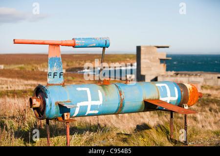 A mock-up von einem deutschen Doodlebug vor einem Wachturm für eine Pistole Einlagerung auf der Insel Flotta in - Stockfoto