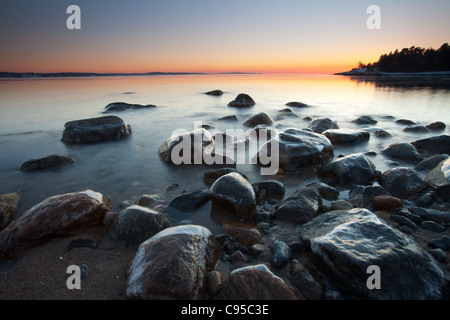 Küstenlandschaft in der Dämmerung am Ofen, am Oslofjord, in Råde Kommune, Østfold fylke, Norwegen. - Stockfoto
