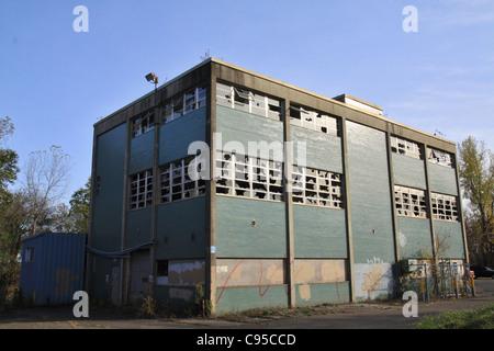 Ein verlassenes Gebäude auf dem Grundstück des US Bureau of Mines in Minneapolis, Minnesota. - Stockfoto