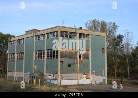 Zwei Kinder nach oben auf einem verlassenen Gebäude auf dem Grundstück des US Bureau of Mines in Minneapolis, Minnesota. - Stockfoto