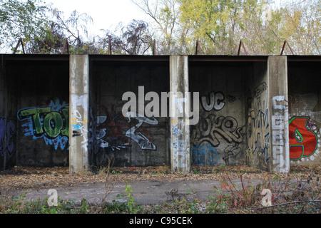 Graffiti bedeckt Wände eines verlassenen Gebäudes auf dem Grundstück des US Bureau of Mines in Minneapolis, Minnesota. - Stockfoto