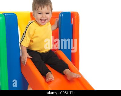 Glücklich ein und eine Hälfte Jahr alt Kind auf einer Folie. Isoliert auf weißem Hintergrund. - Stockfoto