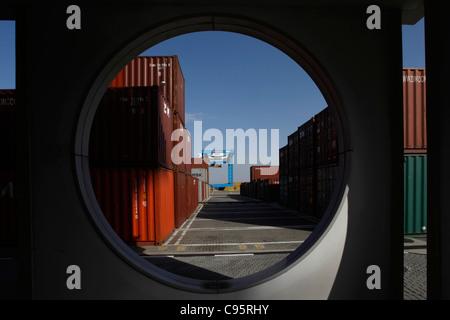 Luftfracht-Container der größten Cargo-Reederei Zim Israels gestapelt auf den Hafen von Haifa Israel größte Seehafen - Stockfoto