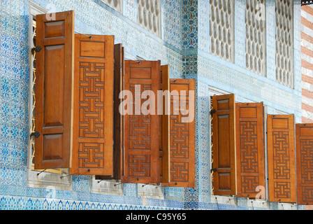 ISTANBUL, TÜRKEI. Geflieste Wände und Fensterläden auf die Apartments des Kronprinzen im Harem im Topkapi-Palast. - Stockfoto