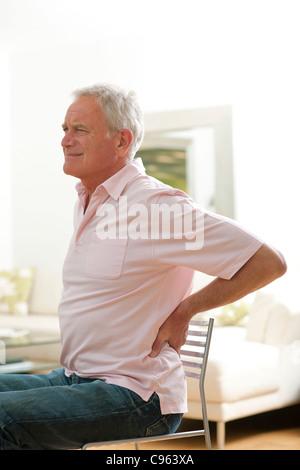 Mann mit Schmerzen im unteren Rücken. - Stockfoto