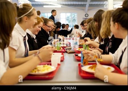 Weiterführenden Schulkinder in der Kantine zu Mittag, Wales UK - Stockfoto