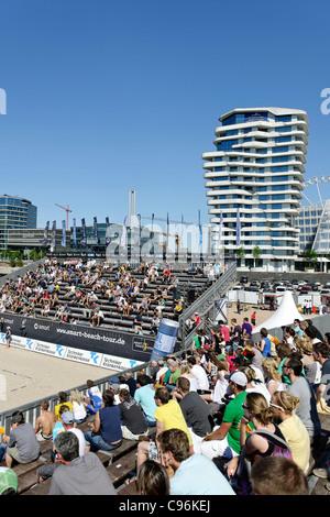 Beach Volleyball Contest in Front of Marco-Polo-Tower und die Unilever-Zentrale am Strandkai Kai, Hamburg - Stockfoto