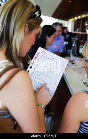Frauen betrachten Weinkarte auf eine Weintour des Barossa Valley, South Australia, Australia - Stockfoto