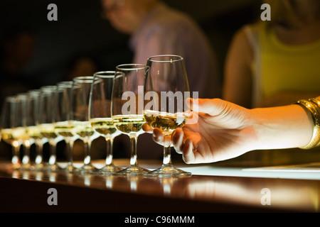 Gläser Wein zur Verkostung auf einer Weintour des Barossa Valley, South Australia, Australia - Stockfoto