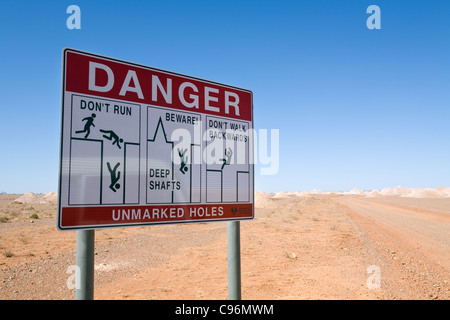 Warnschild Warnung vor offenen Grube Wellen im Bereich Opal Coober Pedy, Südaustralien, Australien - Stockfoto