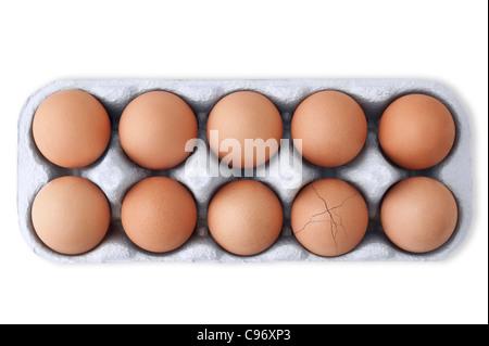 Schachtel mit 10 Eiern mit einem gerissenen Ei auf weißem Hintergrund. Ausschnitt - Stockfoto