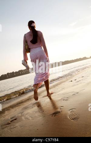 Junge Frau mit einem abendlichen Spaziergang entlang der Elbe in Hamburg, Norddeutschland - Stockfoto