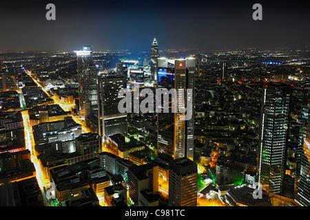Blick vom Main Tower in Frankfurt Am Main in der Nacht, bunte Lichter, Beleuchtung, Bankenviertel - Stockfoto