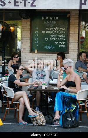 Junge Leute sitzen im Sus Etz Cafe in der trendigen Sheinkin Street, Tel Aviv, Israel. - Stockfoto