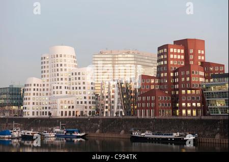 Neuer Zollhof Bürogebäude in der Nacht in der modernen Immobilienentwicklung im Medienhafen oder Medienhafen in - Stockfoto