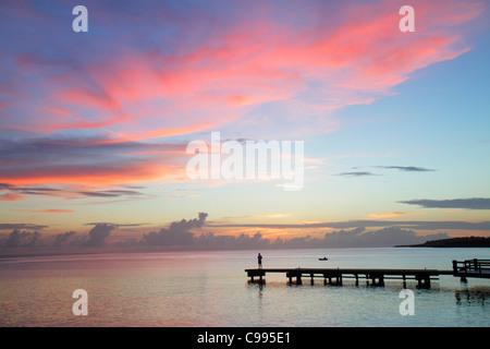 Curacao Niederländische Antillen niederländische Piscadera Bay Karibik Pier Mann stehend Ruderboot Küste Sonnenuntergang - Stockfoto