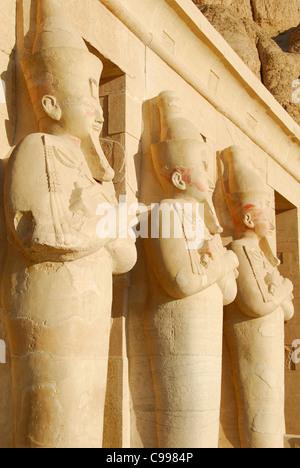 LUXOR, ÄGYPTEN. Statuen in der Leichenhalle Tempel von Königin Hatshepsut (Deir el-Bahri). 2009. - Stockfoto