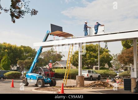Sonnenkollektoren auf dem Dach eines Parkplatz-Pavillons in Fullerton Public Library in Kalifornien installiert wird. Stockfoto