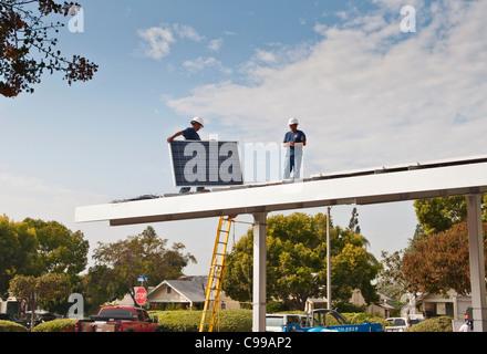 Sonnenkollektoren auf dem Dach eines Parkplatz-Pavillons in Fullerton Public Library in Kalifornien installiert - Stockfoto