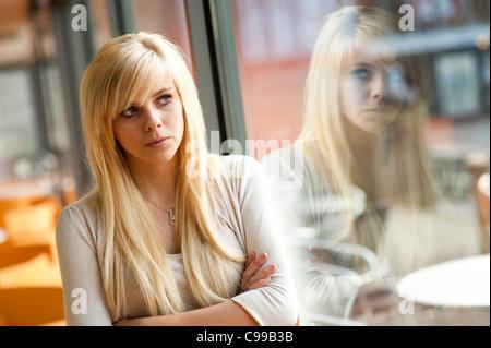 Schlanke nackte blonde behaarte junge Frau nackt im Wald