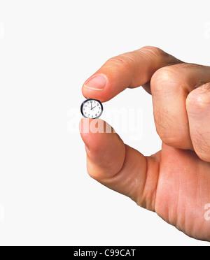 Nahaufnahme von Hand mit winzigen Uhr - Stockfoto